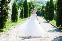 Dziewczynka w sukience komunijnej