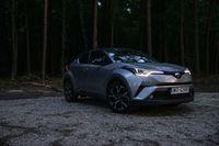 Toyota C-HR Hybrid - sylwetka z przodu