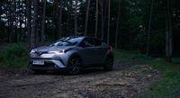 Toyota C-HR Hybrid - sylwetka z boku