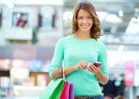 Zakupy ze smartfonem w ręku