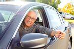 Młodzi kierowcy czy seniorzy? Kto jeździ gorzej i płaci wyższe OC?