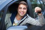 Młodzi kierowcy słono płacą za OC, ale są też dobre wieści