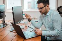 Pracownik przy komputerze