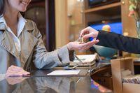 Nocleg w hotelu: refaktura w podatku VAT i dochodowym
