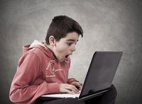 Dzieci zaczynają korzystać z Internetu w coraz młodszym wieku