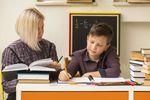 Edukacja pozaszkolna z czerwonym paskiem