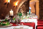 Refakturowanie usług gastronomicznych a brak odliczenia VAT