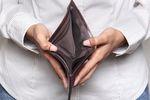 Badanie NBP: Polacy biednieją i oszczędzają na wydatkach