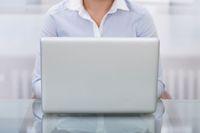 Pracownik przed komputerem
