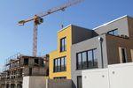 Domy jednorodzinne maleją, nowe mieszkania rosną