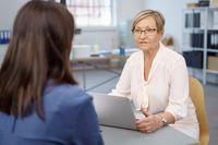 Rozmowa z pracownikiem: chwalić, dyscyplinować i motywować