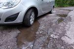 Nieoznakowana dziura w drodze: kto pokrywa naprawę auta?