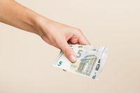 Kiedy należy się 40 euro rekompensaty od dłużnika?
