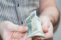 Jak zwolnić z podatku darowiznę pieniędzy od brata i jego żony?
