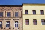 Sprzedaż zmodernizowanej kamienicy z mieszkaniami a korekta VAT
