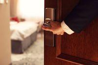 Kiedy pracownik zapłaci podatek od noclegu w hotelu?
