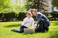 Relacje w pracy: czy warto bratać się z szefem?