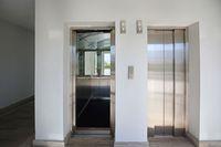 Montaż windy czy ruchomych schodów w bloku z odwróconym VAT?
