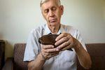 Dziadkowie w kłopotach. Skąd się biorą długi emerytów?