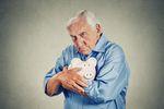 Seniorzy bez kont bankowych. Oszczędności w domu