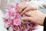 Prezent ślubny: gotówka na wkład własny czy sokowirówka?