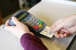 Karty płatnicze pomocą w smart shoppingu