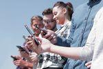 """Polacy masowo """"przesiadają się"""" na smartfony"""
