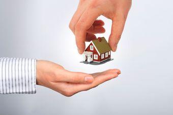 Sprzedaż mieszkania między małżonkami: fiskus kwestionuje ulgę mieszkaniową
