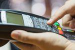 Transakcje bezgotówkowe mają się dobrze, choć liczba kart spada