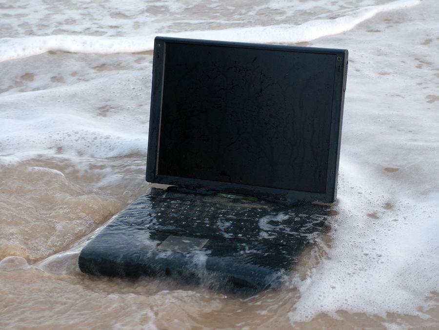 Zalany-laptop-6-porad-jak-nie-utracic-da