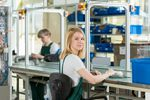 Wynagrodzenia pracowników produkcyjnych. Jakie stawki i premie?