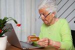 Seniorzy na łowach, czyli najstarsi internauci też kupują online