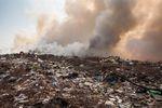 Śmieci płoną, a niezapłacone faktury czekają