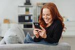 Internet: kobiety ze smartfonem, mężczyźni z komputerem