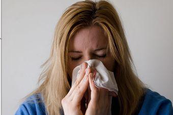 Czy zwolnienie chorobowe oznacza areszt domowy?
