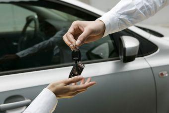 Utrata zwolnienia z VAT gdy sprzedaż samochodu?