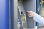 Bankomaty tracą popularność, a Polacy kochają gotówkę