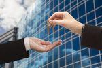 Inwestycje w nieruchomości pofabryczne: przed czym chroni audyt?