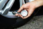 Sprawdzaj ciśnienie w oponach