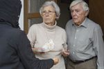 Seniorzy ofiarami wyłudzania pieniędzy. Jak ich chronić?
