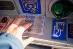 Liczba wypłat z bankomatów najniższa w historii