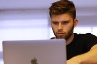 Nowych wyzwań zawodowych młodzi najczęściej szukają w Internecie