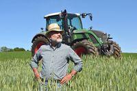 Rolnik i traktor
