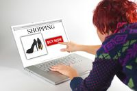 Konsumenci coraz częściej kupują odzież i obuwie online