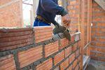 Prawo budowlane: jak radzić sobie z niechcianymi budowlami u sąsiada?