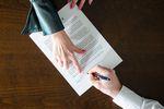 Umowa o pracę vs. śmieciowa – co bardziej się opłaca?
