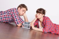 Mieszkanie z rodzicami: brak samodzielności czy ekonomia?