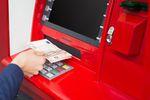 Wypłata z bankomatu za granicą: przewalutowanie jest opłacalne?