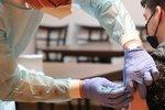 Jak pandemia i szczepienia wpływają na zachowania konsumentów?